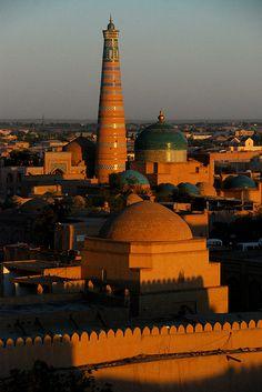 Uzbekistan. La República de Uzbekistán (Uzbeko:O'zbekiston Respublikasi )es un país situado en Asia Central. Limita al noroeste y al norte con Kazajistán, al sur con Afganistán, al noreste con Kirguistán, al sureste con Tayikistán y al suroeste con Turkmenistán.