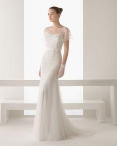 Vestido de tul pedrería en color natural. 81G09- Guante de encaje y tul en color natural.