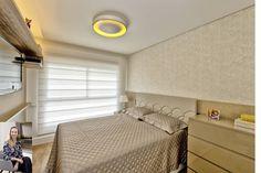 Suíte de casal em tons claros dão a aparência de ambiente maior. A aplicação do papel de parede deixa o quarto com personalidade e elegância. #arquitetura #arqdesign #formabella #formabellafloripa #quarto #suíte #arquitetura #interiores @tatijunkes
