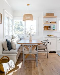 cozy dining nook // built in bench // hardwood floors // rattan pendant light // floating shelves Kitchen Banquette, Kitchen Nook, Kitchen With Breakfast Nook, Breakfast Knook, Breakfast Room Ideas, Kitchen Corner Bench Seating, Kitchen Corner Booth, Corner Dining Nook, Corner Banquette