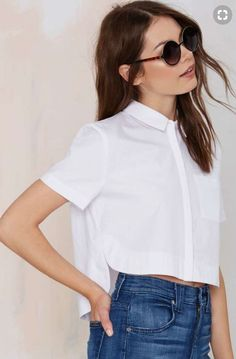 Crop top outfits - jeans and shirt If you're the kind of girl who loves to look stylish wearing a simple pair of jeans, you can't skip crop tops! Source by FemaleJungle top outfits Crop Top Outfits, Summer Outfits, Casual Outfits, Cute Outfits, Fashion Outfits, Fashion Ideas, Trendy Fashion, Outfit Jeans, Crop Shirt