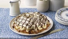 Mary Berry's banoffee pie - - Mary Berry does her bit to promote that British classic, the banoffee pie. A recipe for a totally crowd-pleasing dessert! You will need a deep spring form tin to make this recipe. Homemade Desserts, Easy Desserts, Delicious Desserts, Quiches, Pie Dessert, Dessert Recipes, Uk Recipes, Dessert Ideas, Cooking Recipes