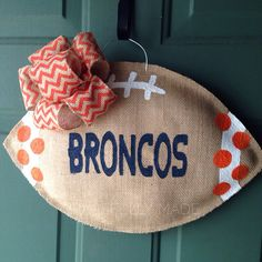 Would be cute for GT football season Broncos Wreath, Football Wreath, Broncos Fans, Denver Broncos, Burlap Projects, Burlap Crafts, Diy Craft Projects, Diy Crafts, Wood Projects