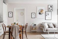 Apartamento encantador de tan solo 56 m2, decorado en blanco, tonos arena y madera. Las plantas verdes y las láminas chulas le dan el toque perfecto.  Cero complicaciones y mucho buen gusto. ¡Pura energía!
