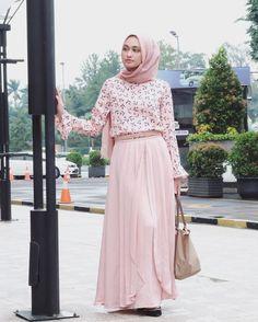 Tampil Sederhana Namun Menawan Dengan Hijab, Baju Longgar Dan Rok Polos. Simak 7 Padu Padannya Di Sini!