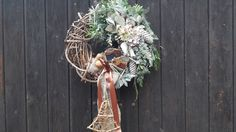 Přírodní+věnec-sněhuláčci+Přírodní+věnec+s+dřevěnými+sněhuláčky+Eukalypt,hortenzie,neopadavé+jehličí,+přírodniny...zasněženo+..vzadu+očko.+35cm Grapevine Wreath, Grape Vines, Wreaths, Decor, Decoration, Door Wreaths, Vineyard Vines, Deco Mesh Wreaths, Decorating