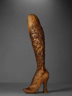 Amputee model 192599321534483374 - Hand carved prosthetic legs in elm wood, decorated with delicately carved flowers, and originally worn by double-amputee model and athlete Aimee Mullins on Alexander McQueen's 1999 runway. Source by tilly_greene Drive In, Diana Vreeland, Perry Ellis, Manolo Blahnik, Alexander Mcqueen Schuhe, Jimmy Choo, Alexander Mcqueen Savage Beauty, Model Legs, Prosthetic Leg