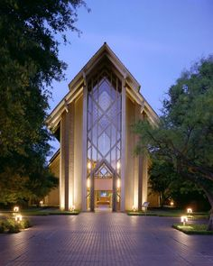 See Marty Leonard Community Chapel, a beautiful Fort Worth wedding venue. Find prices, detailed info and photos for Texas wedding reception locations. Sacred Architecture, Religious Architecture, Church Architecture, Architecture Design, Beautiful Buildings, Beautiful Places, Dallas Wedding Venues, Fort Worth Wedding, Church Design