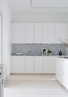 It is easier than you think to take your kitchen from builder grade to gorgeous on a budget! These kitchen makeover secrets will save you money and give you great ideas! Simple Interior, Interior Design Kitchen, Interior Modern, White Kitchen Cabinets, Kitchen Countertops, Rustic Kitchen, Kitchen Decor, Kitchen Ideas, White Washed Floors
