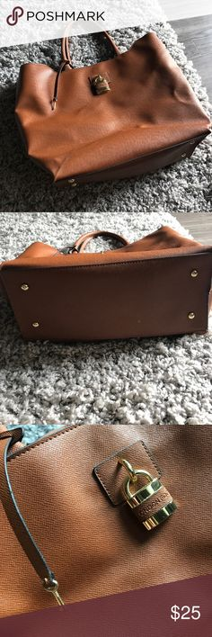 London Fog Weekender Bag Medium size London Fog Weekender Bag- perfect for road trips or weekend get aways. Very little wear, has been in closet for some time London Fog Bags Travel Bags