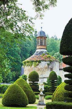 in Burgundy Garden at Abbaye de la Bussière, Burgundy. Photo: Lisa LinderGarden at Abbaye de la Bussière, Burgundy.