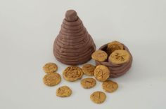 Making Roman coil pots is a fun art and craft activity for KS2 children which can help to bring to life a Romans topic.