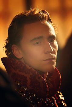Tom Hiddleston, what striking cheekbones and jawline. Very handsome <<-- dude, he's sexy!!!
