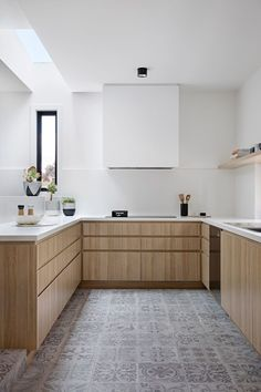 scandinavian minimal kitchen ideas Inbetween Architecture have designed the modern renovation of a double storey brown brick house that's home to a family of Kitchen Design Color, Kitchen Flooring, Wood Kitchen Cabinets, Chic Kitchen, Chic Kitchen Decor, Wood Kitchen, Light Wood Kitchens, Farmhouse Chic Kitchen Decor, Melbourne House