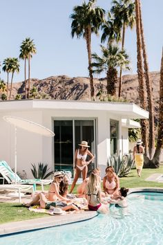 5 Tips for Throwing an Epic Bachelorette Bash For 20 Gals Palm Springs Bachelorette Party Bachelorette Outfits, Bachelorette Decorations, Bachlorette Party, Bachelorette Weekend, Bachelorette Parties, Bachelorette Itinerary, Airbnb Palm Springs, Beste Cocktails, Party Photography