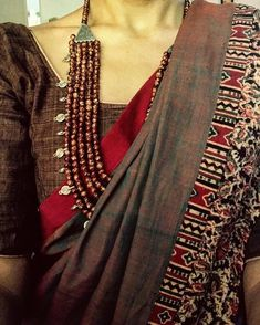 Looking for necklace to wear with sarees? Here are adorable necklace designs that you can wear from trendy to traditional sarees. Simple Sarees, Trendy Sarees, Indian Attire, Indian Wear, Indian Dresses, Indian Outfits, Pakistani Dresses, Saree Jewellery, Elegant Saree