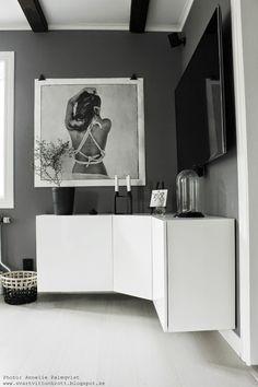 I really like the floating cabinets! Scandinavian Interior, Home Interior, Interior Decorating, Ikea Corner Cabinet, Home Living Room, Living Room Decor, Hacks Ikea, Floating Cabinets, Ideas Hogar