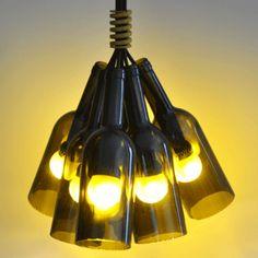Flessenlamp van wijnflessen. Ik vond dit ontwerp heel leuk, omdat ik zelf ook wel eens zo'n lamp heb gemaakt tijdens een stage. Daarom moest deze er tussen komen.