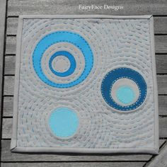 Kona Circles Mug Rug Quilt by Sarah, featured on her blog using a tutorial by Rachel.    Source: fairyfacedesigns.blogspot.com