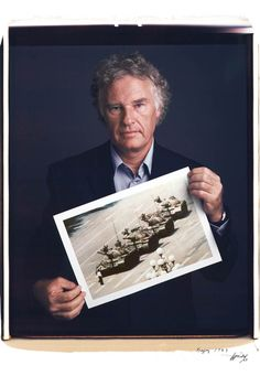 Tim Mantoani fait poser les photographes célèbres avec leurs photographies les plus connues. Superbe idée afin de valoriser l'auteur de ces images que nous avons tous vues.