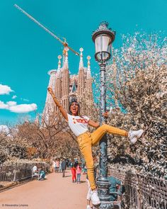 The perfect travel guide for visiting the most famous tourist's places in Barcelona! Foto Barcelona, Barcelona Travel Guide, Photo Recreation, Friend Poses, Tourist Places, Okinawa Japan, Night Life, Travel Photography, Recreate Photos