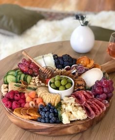 Easy Entertaining with Meg Quinn - Articulate We can always use more easy entertaining tips. Food stylist extraordinaire Meg Quinn gives us her for tips on making simple, beautiful charcuterie boards. Charcuterie And Cheese Board, Charcuterie Platter, Cheese Boards, Meat Cheese Platters, Antipasto Platter, Crudite Platter Ideas, Cheese Board Display, Cheese And Cracker Tray, Hummus Platter