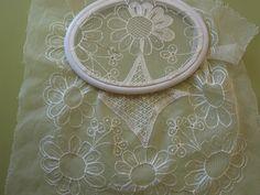 En mi afán de aprendizaje y crecimiento realizé un magnífico viaje a tierras salmantinas, en el que tuve el privilegio de conocer la arte... Tambour Embroidery, Embroidery Stitches, Embroidery Patterns, Filet Crochet, Irish Crochet, Crochet Lace, Needle Lace, Bobbin Lace, Lace Patterns