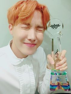 J-Hope ❤ [Bangtan Trans Tweet] 와.....!!!!! 상탔다 !!! 연속으로 !!!!  사랑합니다 ㅠㅠㅠ  #피땀눈물6thWin \ Wah.....!!!!! Got an award !!! 2 times also !!!! I love you ㅠㅠㅠ #BloodSweatAndTears6thWin (2 Trophys in 1 photo what more could we ask for ) #BTS #방탄소년단