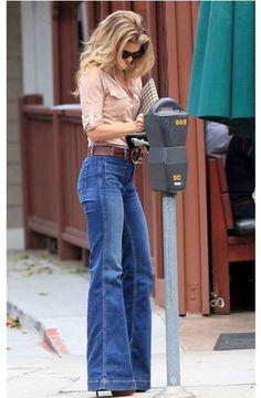 Высокие джинсы клеш с рубашкой