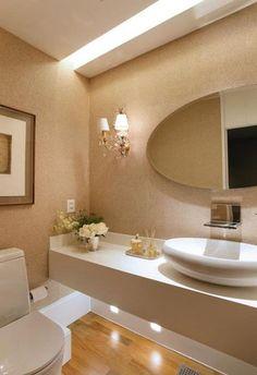 1- Ideia para sala de jantar com poltronas amadeirada e estofado branco! Parede lateral a porta amadeirada e espelho em toda parede da...