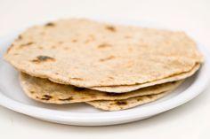Chapati kan stekes i panne og passer godt til krydret grillmat Foto: vegetarbloggen.no