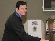 Juiz Sérgio Moro é aplaudido ao votar em Curitiba