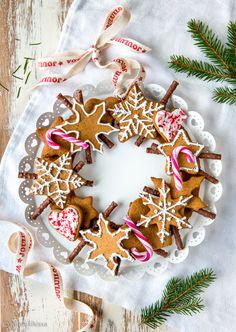 Piparitaikinasta tehdyt syötävät lahjat ovat jokavuotinen perinteeni. Niitä on hauska tehdä ja ne ovat helppoja lahjaideoita sellaisellekin, jolta löytyy jo kaikkea. Itse tehty lahja on aina arvokas! Piparikoriste ilahduttaa joulun ajan ja kun se on antanut kylliksi silmänruokaa ja joulutunnelmaa, sen voi syödä pois. Piparkakkukranssia voi käyttää joko ripustettavana seinäkoristeena tai pöydän päällä esimerkiksi siten, […] Christmas Treats For Gifts, Christmas Candy, Christmas Desserts, Christmas Baking, Christmas Cookies, Christmas Holidays, Christmas Wreaths, Christmas Crafts, Christmas Decorations