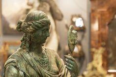 Il comportamento è uno specchio in cui ognuno rivela la propria immagine. (Johann Wolfgang Goethe - Massime e riflessioni)  Fanciulla allo specchio.  #Mercanteinfiera #ClassicArt #Art #Sculpture #Scultura #Bronzo #Bronze #Classic #Beauty #Mirror #Goethe