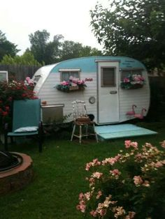 Ah, the art of glamping. Combining chic ideas with the outdoors, glamping is a way to have fun and be comfortable. Not quite camping yet not quite a s. Caravan Vintage, Vintage Rv, Vintage Caravans, Vintage Girls, Vintage Stuff, Vintage Campers Trailers, Retro Campers, Camper Trailers, Happy Campers