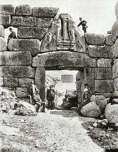 Heinrich Schliemann and company at the Lion Gate, ancient Mycenae, Greece Ancient Mysteries, Ancient Ruins, Ancient Greece, Ancient Art, Ancient History, Mayan Ruins, Mycenaean, Minoan, Lion Gate Mycenae