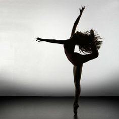 Collection of photos of incredible beautiful silhouette of ballet dancers where we can see that ballet dancers have bodies like no others. Modern Dance, Dance Like No One Is Watching, Dance Poses, Dance Pictures, Ballet Pictures, Lets Dance, Dance Photography, Silhouette Photography, Ballet Dancers