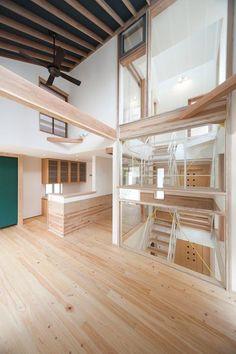 獲得2014年グッドデザイン賞的三層樓住宅,要怎麼樣讓房子有上下蔓延的居住感呢?而不會每一層樓各自為政⋯⋯這是建築師一開始就在思考的問題,於是建築師在房子中心架構一座透明度高的玻璃屋樓梯。透空的骨架讓樓梯變得輕盈,樓梯與樓板的錯層設計,讓動線跟每個空間都能產生互動,房子的中心也被光線擁抱了呢!而且到了夜間,玻璃盒樓梯好像夜間參拜的燈光藝術,有一種神秘美。 via 風土デザイン建築事務所