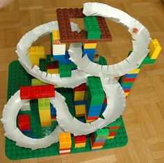 Paper plate marble track (french) Plus Lego Activities, Toddler Activities, Lego Duplo, Stem Projects, Projects For Kids, Marble Tracks, Lego Challenge, Lego Club, Lego Creations