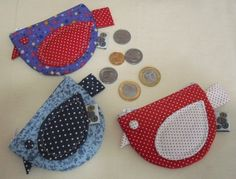 Resultado de imagem para molde de bolsa de tecido com bolso nas lateral tipo padrao Bird Crafts, Felt Crafts, Crafts To Make, Quilting Projects, Crochet Projects, Sewing Projects, Dit Gifts, Circle Purse, Dress Sewing Patterns