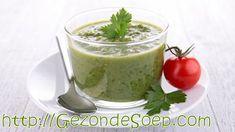 Makkelijk en snel recept om pittige, koude komkommersoep te maken, zodat je op een hete dag zal genieten van een glas vullende, groene gazpacho.