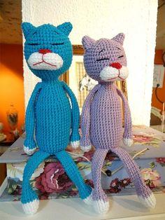 Materiais: - 1 novelo de Linha Anne nas cores: azul (2194), lilás (6140), branco (8001), vermelho (3528) e preto (8990) - Agulha para crochê n° 2,5mm          Abreviações utilizadas: carr: carreira corr: corrente pb: ponto baixo aum: aumento Crochet Toys, Tweety, Smurfs, Diy And Crafts, Dinosaur Stuffed Animal, Ale, Sewing, Knitting, Animals