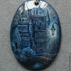 Купить или заказать Кулон 'Замок' - роспись на камне в интернет-магазине на Ярмарке Мастеров. Таинственный, окутанный сумраком, сказочный замок ожил на кулоне из натурального лазурита. Кулон написан в технике многослойной лаковой миниатюры. Основной цвет композиции - это естественный цвет лазурита. При написании фонаря используется сусальное серебро. Серебром также прописан лунный свет на стенах замка и падающий свет ночного фонаря (фото это не передаёт).