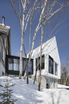 In the vast Lac Ouareau, located near the town of Saint-Donat, sits a charming traditional house surrounded by birch trees. The owners, a dynamic stepfamily, commissioned ACDF to design for their many children a large...