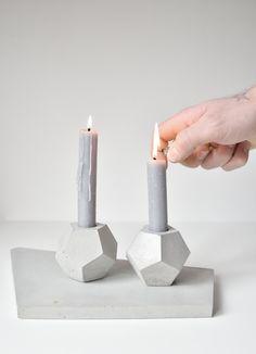 FACTO GEOMETRICA - Dodekaeder Pflanzer - Kerzenhalter  Schöpfend aus einer der platonischen Solid, Dodecaedro, sehnt FACTO GEOMETRICA Gestaltung leicht die Aufmerksamkeit von jedermann betreten den Raum, den, dem es in vorhanden ist.   Maße: 6.5x6.5x6.5 cm (2.5x2.5x2.5 Zoll) Gewicht: 0,350 Kg  Facto ist zeitlos. Facto ist minimal. Facto ist Beton.  Wir glauben an die unendlichen Möglichkeiten des Betons.  Jedes Stück ist einzigartig und mit Liebe handgemacht.  (Dekoration nicht im…