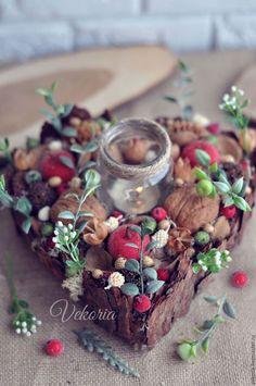 Купить или заказать Композиция-подсвечник 'Сердце' в интернет-магазине на Ярмарке Мастеров. Композиция-подсвечник 'Сердце' - это красивое украшение для интерьера. Такой декор можно поставить на стол или преподнести в качестве подарка. Композиция-подсвечник 'Сердце' в основном сделана из натуральных материалов: шишки, орехи, казуарин, кора дерева, каучук, бакули, косточки абрикоса. Жизни и яркости в композицию вносят засахаренные ягоды и веточки зелени.