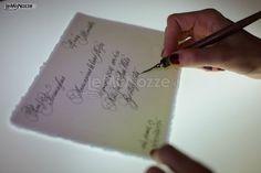 http://www.lemienozze.it/operatori-matrimonio/partecipazioni_e_tableau/partecipazioni-nozze-roma/media/foto/15 Partecipazioni di matrimonio scritte a mano con il pennino: scopri le diverse filigrane e decorazioni a seconda del tuo stile.