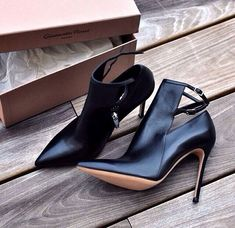Black heeled shoes. Shoes trends 2016.