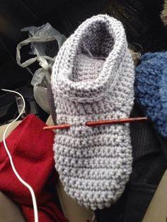 Vivre au crochet: Chaussons Gaston Plus Easy Crochet Slippers, Crochet Slipper Boots, Crochet Slipper Pattern, Crochet Diy, Crochet Shoes, Slipper Socks, Knitting Patterns Free, Crochet Patterns, Free Pattern