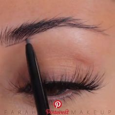 FLEEKY BROWS So leicht kannst du dir perfekte Augenbrauen aufmalen. Related posts: deep red lip, natural, freckled, radiant skin, natural but defined brows. weronika The Best Eyebrow Products for Redhead Brows Eyebrow Makeup Tips, Makeup Eye Looks, Eyebrow Pencil, Makeup Hacks, Makeup Videos, Skin Makeup, Beauty Makeup, Makeup Eyebrows, Drawing Eyebrows